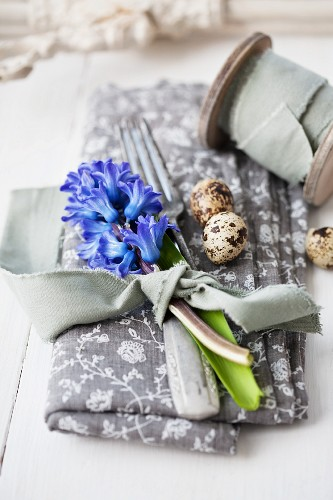 Place setting with cutlery, quail eggs and hyacinths