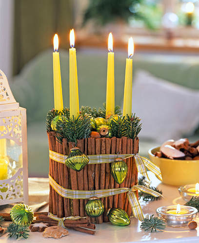 Christmas wreath with glass and cinnamon sticks (green candles)
