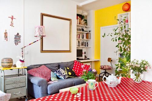 Umhäkelte Stehleuchte in farbenfrohem Wohnbereich mit Retro Flair