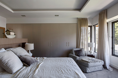 Bedrooms in shades of gray with fitted wardrobes and chaise longues
