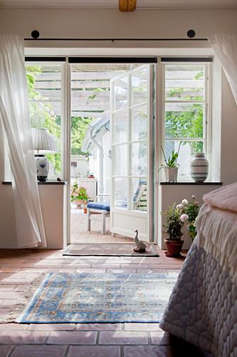 Offene Sprossentür zur sonnigen Terrasse