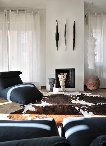 Eleganter Wohnbereich mit Keramikgefässen, Ethnoflair und Tierfellteppich