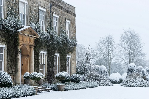 Cornwell Manor (England) in snowy grounds