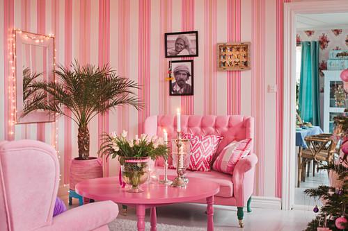 Kitschiges Wohnzimmer ganz in Pink und Rosa mit gestreifter Tapete