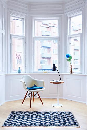 Klassikerstuhl, Beistelltisch mit Leselampe und Teppich im Erker
