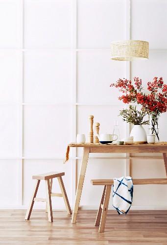 Holztisch mit Hocker und Bank im Look von Malerböcken