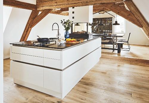 Elegante Kücheninsel unter Holzbalken