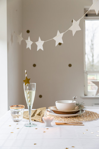 Garland of stars above table set in natural shades and with natural materials