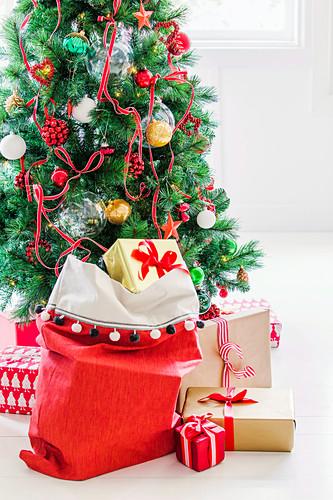 Selbstgenähter Sack mit Bommelborte für Geschenke