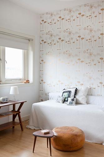 Kleines Schlafzimmer in Weiß und Braun mit gemusterter Retro-Tapete
