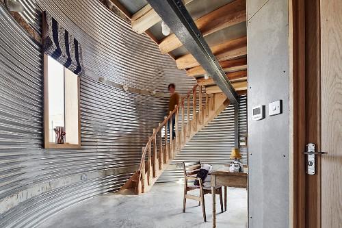 Umgenutztes Getreidesilo mit Holztreppe und Galerie