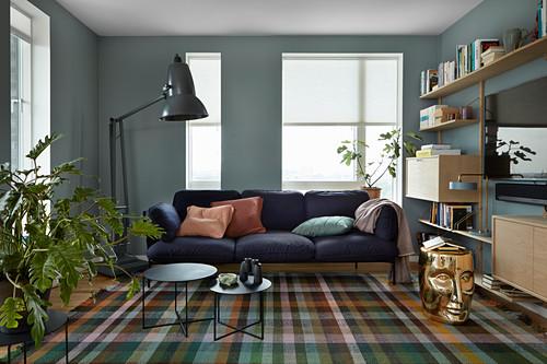 Karierter Teppich im Wohnzimmer mit blauen Wänden