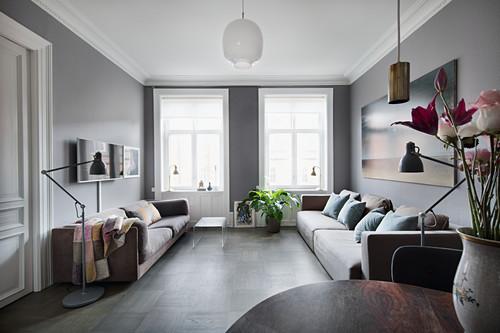Gegenüberstehende Sofas im Wohnzimmer in Grautönen