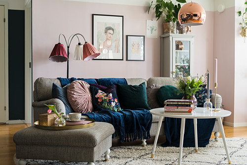 Granny chic in living room with pink walls