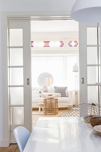 Blick über Esstisch und durch geöffnete … - Bild kaufen ...