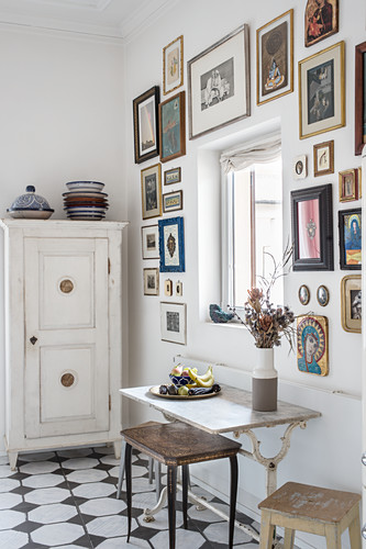 Nostalgische Bildergalerie um ein Fenster über kleinem alten Tisch