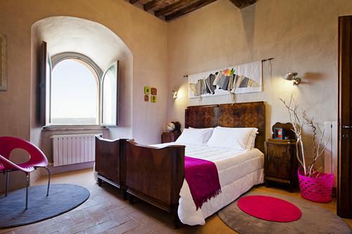 Antikes Doppelbett in renoviertem Schloss
