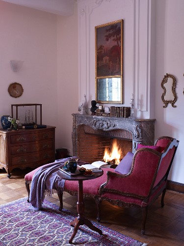 Antique récamierin front of fire in open fireplace