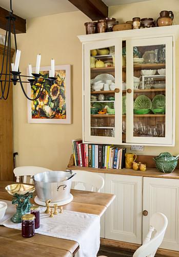 Zweiteiliger Geschirrschrank und Tisch in ländlicher Küche