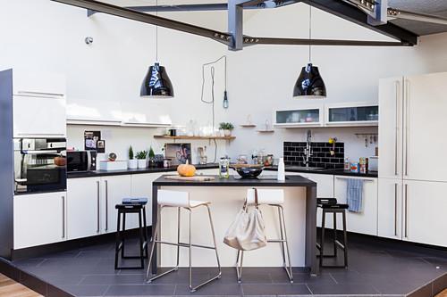 offene küche mit kücheninsel auf podest … - bild kaufen