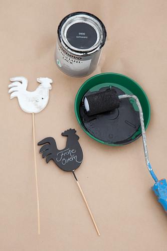 Österliche Holzstecker mit schwarzer Tafelfarbe bestrichen