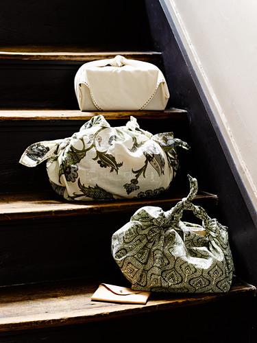 Drei Stoffbeutel auf den Stufen einer alten Treppe