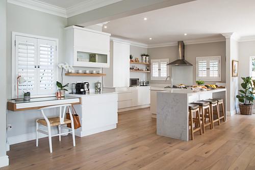 Helle Küche mit Theke in offenem Wohnraum