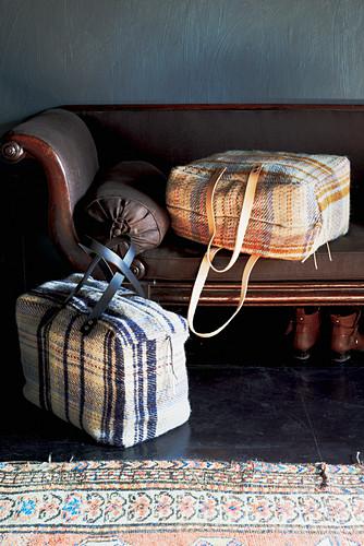 Selbstgenähte Stofftaschen mit Karomuster auf einem alten Sofa