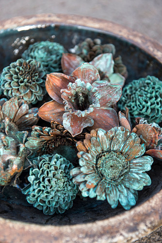 Blumendeko in den Farben von oxidiertem Kupfer