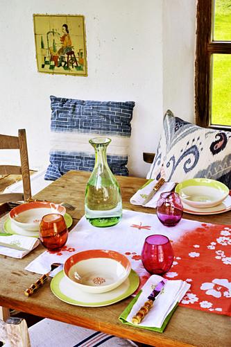 Mit buntem Geschirr gedeckter Tisch