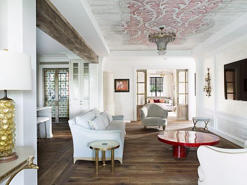 Lounge mit eleganter Polstergarnitur und rotem Coffeetable