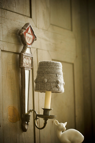 Sconce lamp with knitted lampshade