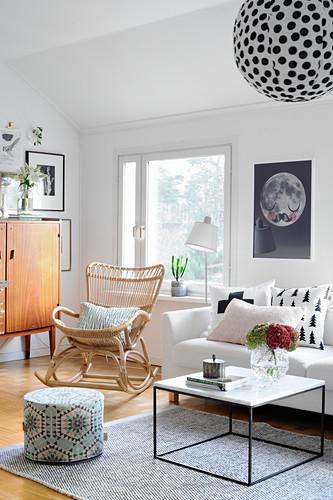Traditioneller Schaukelstuhl im modernen Wohnzimmer