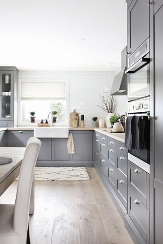 Landhausküche mit grauen Kassettenfronten