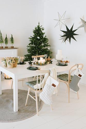Weihnachtlich dekorierter Essbereich mit Tannenbaum