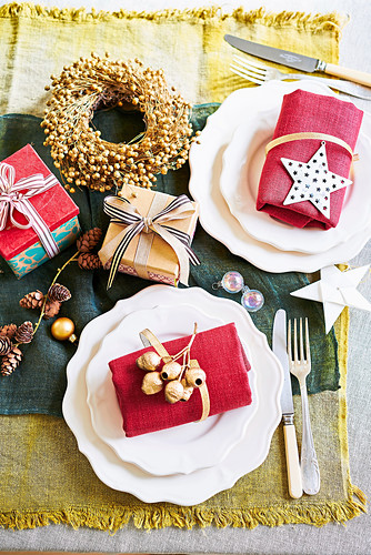 Rustikale Weihnachtsgedecke, Deko und Geschenke