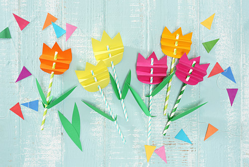 Tulpenstecker aus gestreiften Trinkhalmen und Tonpapier