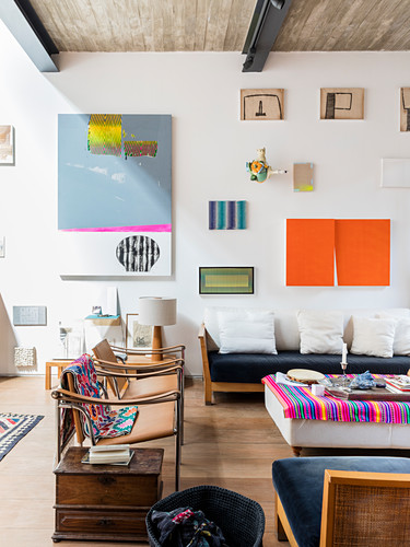 Bilderwand im künstlerischen Wohnzimmer