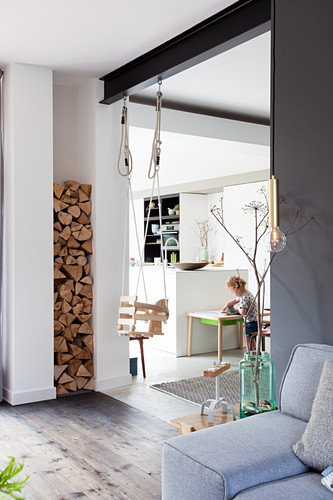 Schaukel im Durchgang zwischen Wohnzimmer und Küche