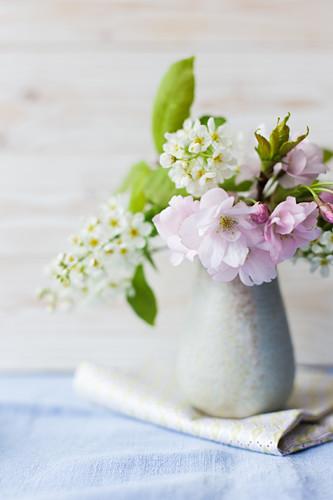 Frühlingsblumen in Keramikvase