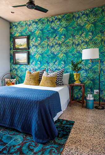 Leaf-patterned wallpaper in bedroom in Urban Jungle style