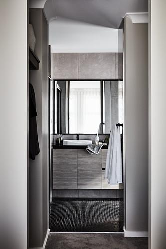 Blick auf Waschtischmöbel im Badezimmer