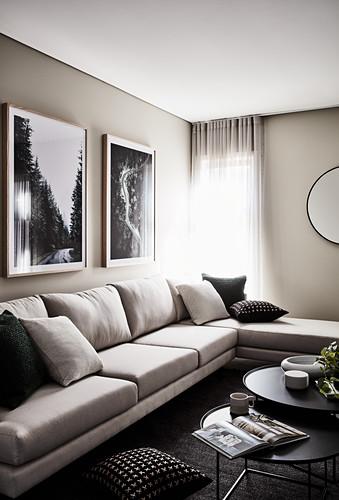 Elegantes Polstersofa und Couchtisch-Set im Wohnzimmer