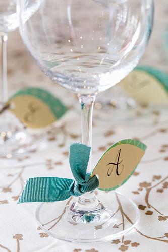 Selbstgebastelte Papieranhänger beschriftet mit Initialien für Gläser