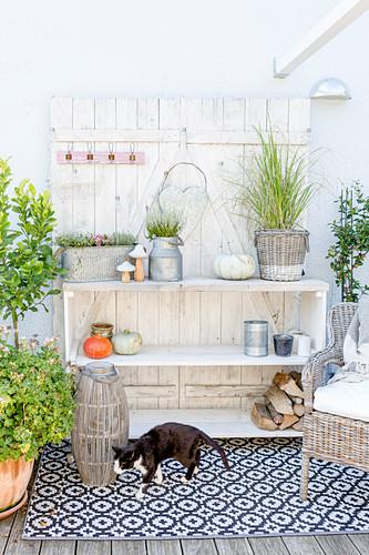 Terrassenregal mit Herbstdekoration