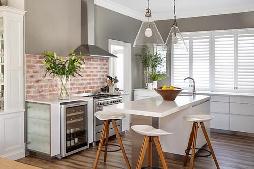 Barhocker an der Theke in moderner Küche in Grau und Weiß