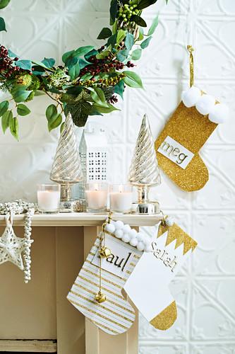 Wandkranz und DIY-Nikolausstiefel aus Papier als Weihnachtsdekoration