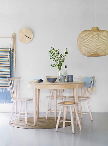 Essgruppe aus hellem Holz im Skandinavischen Stil mit blauer Deko