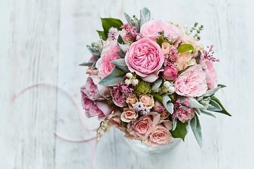 Festlicher Strauß mit Rosen, Maiglöckchen und Wollziest
