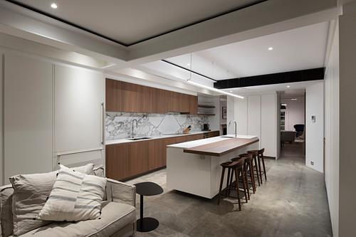 Offener Wohnraum mit Einbauküche und Wohnzimmer mit Deckenspots